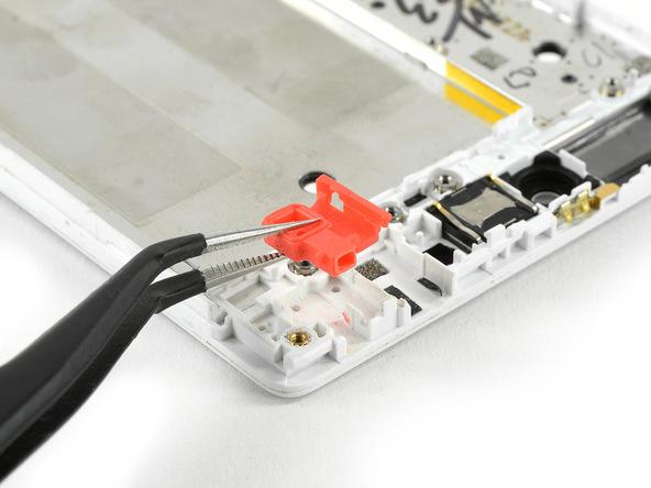 واشر پلاستیکی که در گوشه قاب هوآوی P8 تعمیری و محل نشستن برد ثانویه آن واقع شده را با نوک پنس گرفته و از آن جدا نمایید.