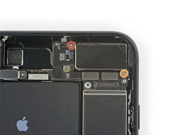 دو پیچ 1.6 میلیمتری و 2.2 میلیمتری نگهدارنده براکت دوربین عقب آیفون 7 پلاس که به ترتیب در عکس با رنگ های قرمز و نارنجی نمایش داده شدهاند را باز کنید.