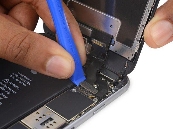 کانکتور کابل دیجیتایزر را بیابید. لبه قاب باز کن یا نوک اسپاتول را در گوشه سمت چپ کانکتور کابل دیجیتایزر قرار دهید و آن را به سمت بالا بکشید تا از روی برد آیفون 6S Plus تعمیری جدا شود.