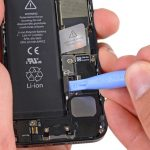 کانکتور باتری آیفون 5 تعمیری را از روی برد گوشی باز کنید.