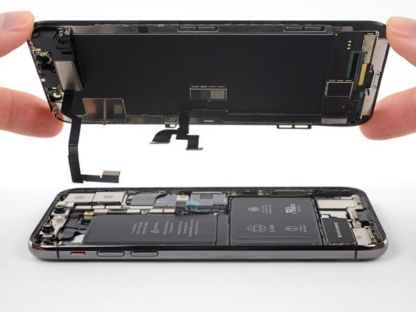 صفحه نمایش آیفون X (ایکس) تعمیری را با دست گرفته و کاملا از درب پشت گوشی جدا کنید.