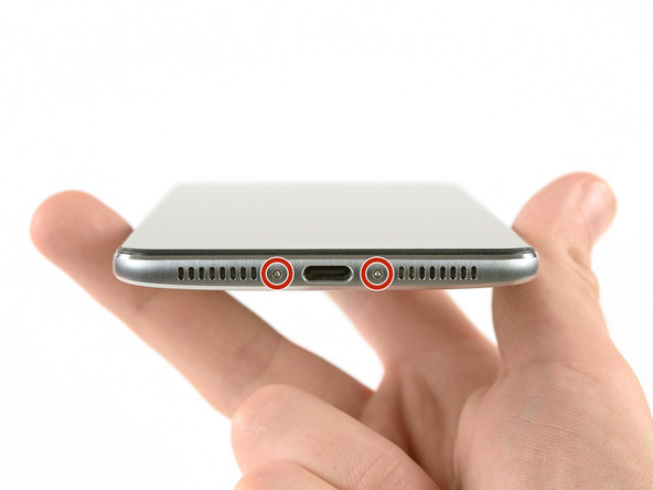 دو پیچ لبه زیرین قاب گوشی را با پیچ گوشتی Torx T2 باز کنید.