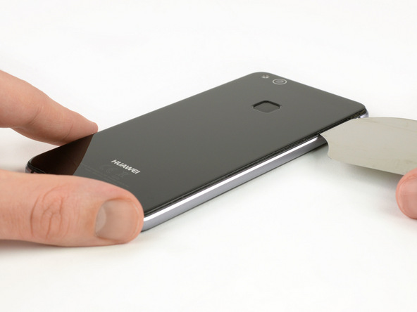 با احتیاط نوک پیک را به سمت راست درب پشت هوآوی پی 10 لایت هدایت کرده و این بخش از درب پشت گوشی را هم با حرکت نوک پیک شکل نمایید.