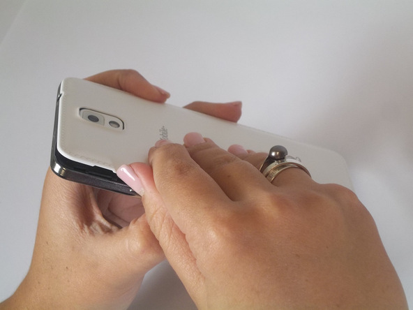 درب پشت گلکسی نوت 3 تعمیری را با انگشت گرفته و به تدریج کاملا از بدنه آن جدا نمایید.