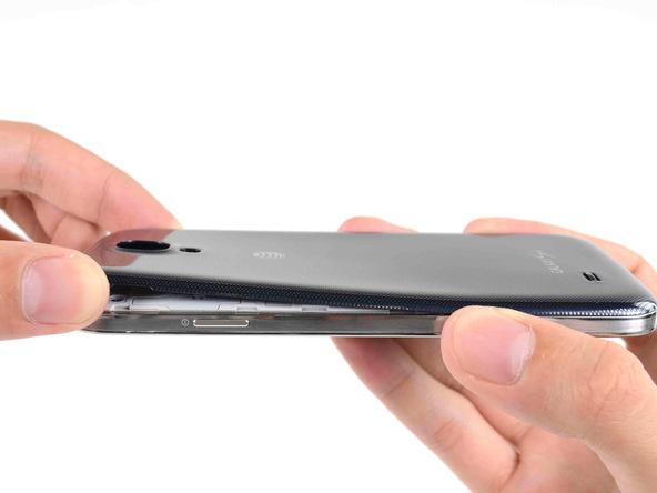 گوشه درب پشت گلکسی اس 4 تعمیری را با انگشت گرفته و از روی بدنه گوشی جدا نمایید.