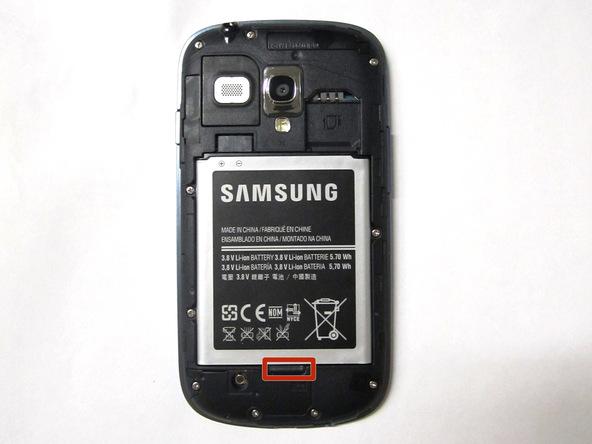 نوک قاب باز کن پلاستیکی را در بخش زیرین باتری Galaxy S3 Mini تعمیری فرو برده و باتری را به سمت بالا هول دهید و کامل از بدنه گوشی جدا کنید.