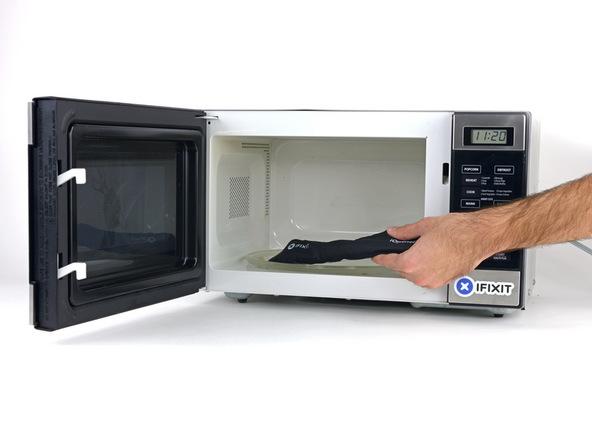 به منظور باز کردن قاب گلکسی S6 Edge بهتر است به اطراف آن گرما اعمال کنید. این گرما را میتواند با آیاوپنر یا سشوار اعمال گردد. اگر به آیاوپنر (iOpener) دسترسی دارید، آن را در یک ظرف مناسب گذاشته و در ماکروویو قرار دهید. اگر به آیاوپنر دسترسی ندارید باید از سشوار برای گرما دادن به لبه های قاب گلکسی S6 Edge استفاده کنید. در این شرایط پروسه تعمیر موبایل را از مرحله 5 دنبال کنید.