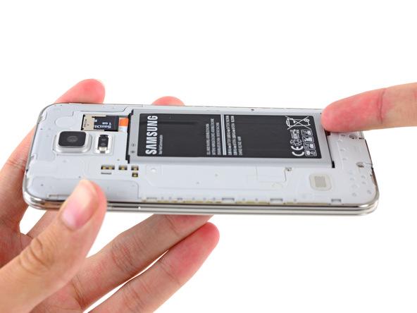 باتری Galaxy S5 تعمیری را از آن جدا کنید.