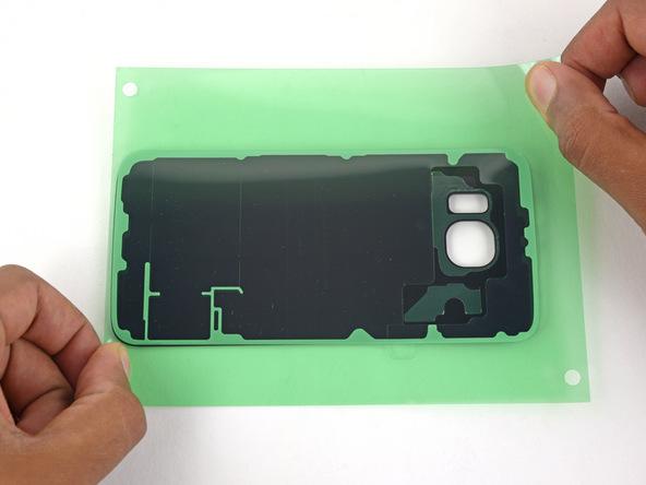 لاستیک آب بندی را به همراه تلقی که در پشت آن واقع شده است، روی درب پشت گلکسی S6 یا S6 Edge سامسونگ نصب کنید. دقت کنید که لاستیک آب بندی دقیقا در اطراف درب پشت گوشی قرار بگیرد.