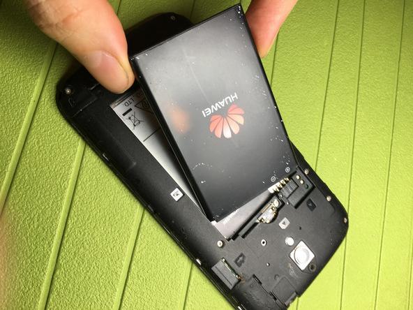 نوک اسپاتول یا قاب باز کن پلاستیکی را در لبه زیرین باتری گوشی فرو برده و خیلی آرام باتری را از روی قاب آن بلند نمایید.