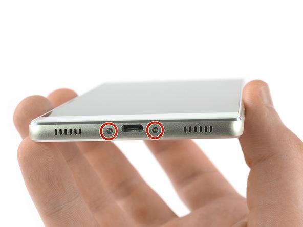دو پیچ Torx T2 لبه زیرین قاب گوشی را با پیچ گوشتی مناسب باز کنید.