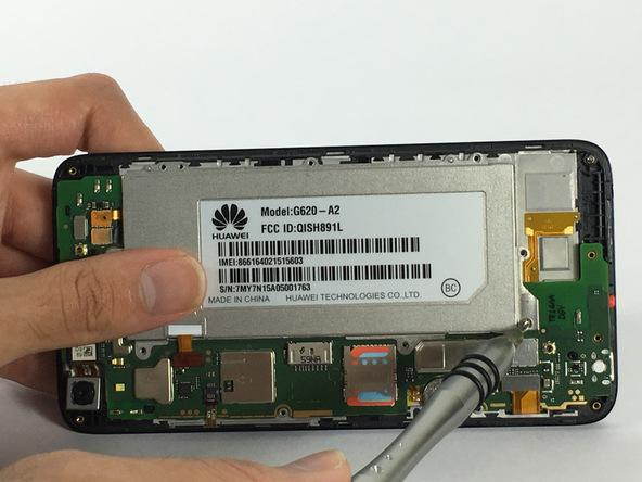 پیچ 4 میلیمتری که در لبه فوقانی باتری گوشی واقع شده را باز کنید. این پیچ به نوعی باتری هوآوی SnapTo G620 را روی جایگاهش کیپ میکند.