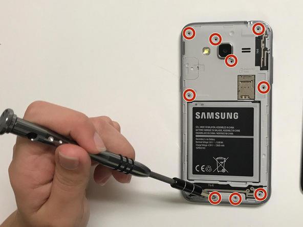یازده پیچی که در عکس با رنگ قرمز مشخص شدهاند را با سری J000 کیت پیچ گوشتی 45 Bit Driver باز کنید. این کار را با استفاده از هر پیچ گوشتی سازگار دیگری هم میتوانید انجام دهید.
