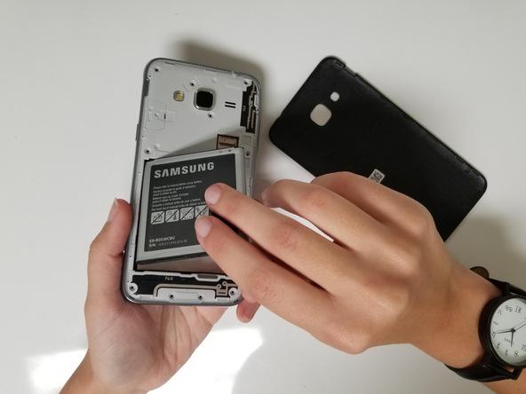 باتری گوشی تعمیری را جدا کنید.