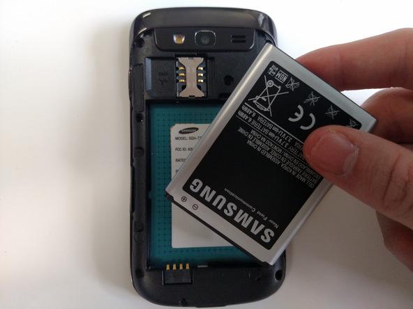 باتری Galaxy S Blaze تعمیری را از آن خارج کنید.