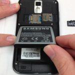 باتری را با دست گرفته و کاملا از بدنه گوشی جدا نمایید.