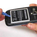 باتری را با انگشت گرفته و کامل از گوشی جدا نمایید.