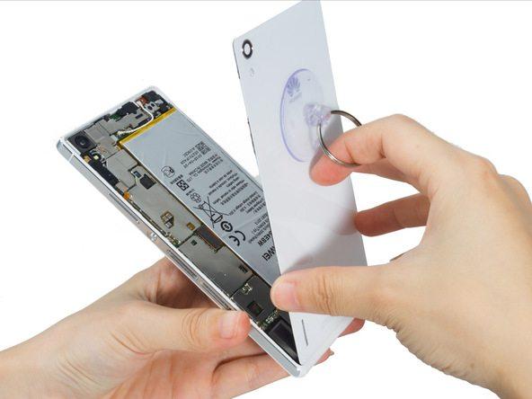 با سشوار، هیتر یا آیاوپنر به لبه های درب پشت گوشی گرمای ملایمی اعمال کنید. اگر از سشوار برای انجام این کار استفاده میکنید، به هر یک از لبه های درب پشت گوشی 1 دقیقه گرما اعمال نمایید.