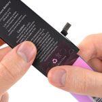 نکته: دقت کنید که لبه چسب نگهدارنده باتری کاملا دقیق و متقارن روی لبه زیرین باتری نصب شود، چرا که بعد از چسباندن آن دیگر قادر به جداسازی چسب از روی باتری نخواهید بود.