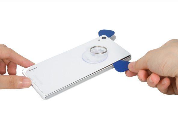 ساکشن کاپ را به گونهای روی درب پشت گوشی نصب کنید که بیشتر نزدیک به لبه فوقانی قاب آن باشد.
