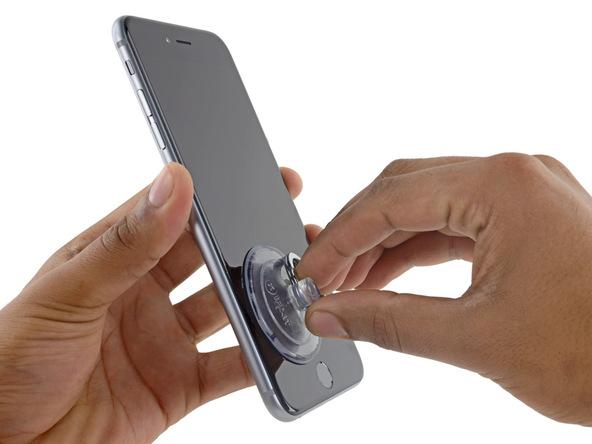 ساکشن کاپ را به گونهای روی صفحه نمایش آیفون 6 اس پلاس تعمیری نصب کنید که مثل عکس نزدیک به گوشه سمت چپ و پایین قاب گوشی باشد.