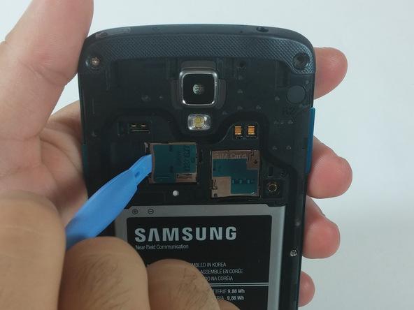 حافظه جانبی یا همان حافظه میکرو اس دی (Micro SD) گلکسی اس 4 اکتیو تعمیری را از آن خارج کنید.