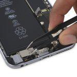 ویبراتور آیفون 6 اس پلاس را با پنس برداشته و از پنل پشت گوشی جدا کنید.
