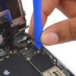 نوک قاب باز کن پلاستیکی یا اسپاتول را در لبه سمت راست کانکتور صفحه نمایش آیفون 6 اس پلاس تعمیری قرار دهید و خیلی آرام آن را به سمت بالا بکشید تا از روی برد گوشی جدا شود.