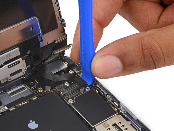 لبه قاب باز کن را در گوشه سمت راست کانکتور صفحه نمایش آیفون 6 اس پلاس تعمیری قرار داده و خیلی آرام آن را به سمت بالا هول دهید تا از روی برد گوشی جدا شود.