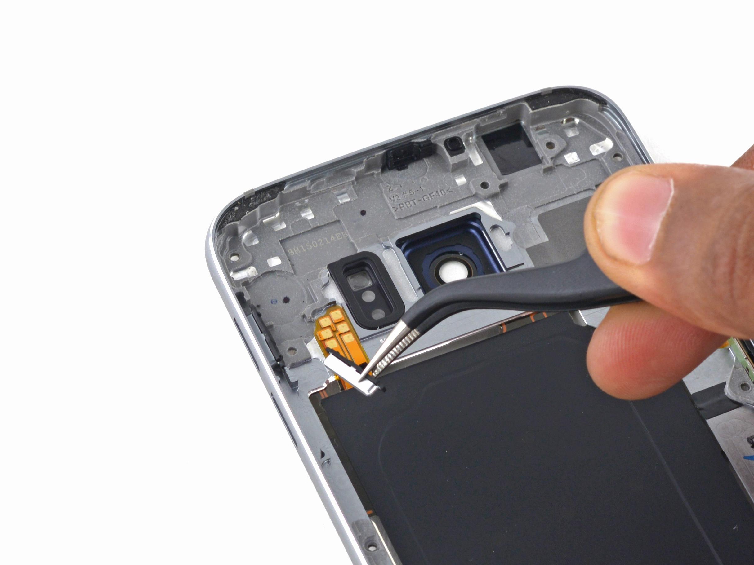 دکمه های ولوم گلکسی اس 6 تعمیری را از فریم میانی گوشی جدا نمایید.