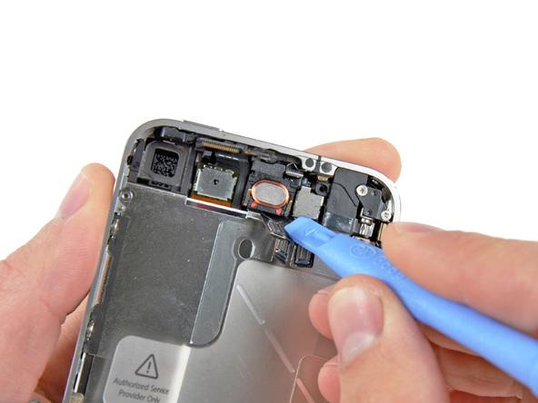 به آرامی و با نوک قاب باز کن، براکت روی لنز دوربین سلفی آیفون 4 را از روی آن بلند کرده و کاملا از قاب گوشی جدا نمایید.