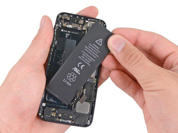 باتری آیفون 5 تعمیری را کاملا از درب پشت گوشی جدا کنید.