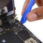 نوک پهن اسپاتول یا لبه قاب باز کن پلاستیکی را در سمت راست کانکتور صفحه نمایش آیفون 6 اس پلاس تعمیری قرار داده و آن را به سمت بالا بکشید تا از روی برد جدا شود.