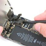 نکته: این احتمال وجود دارد که در زمان روشن کردن گوشی برای تست عملکرد آن بعد از تعویض باتری آیفون SE شاهد خارج شدن خودکار کانکتور LCD از جایگاهش باشید و آیفونتان خطوطی سفید رنگ یا صفحه سیاهی را نشان دهد! اگر این مشکل برایتان پیش آمد، کانکتور کابل LCD را بار دیگر روی برد وصل کنید و یک بار دیگر باتری را از دستگاه خارج و مجددا وصل نمایید. در این شرایط به دلیل اینکه باتری در حین وصل بودن کانکتور LCD به مجموعه اضافه میشود، مشکل برطرف خواهد شد.