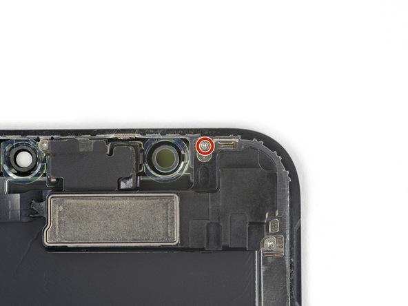 پیچ 1.2 میلیمتری که در عکس با رنگ قرمز نشان داده شده را از گوشه صفحه نمایش آیفون X باز کنید.