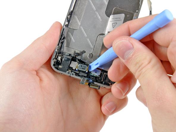 با نوک قاب باز کن پلاستیکی اسپیکر مکالمه آیفون 4 تعمیری را از لبه فوقانی قاب گوشی آزاد و جدا کنید.