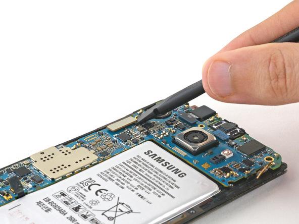 کانکتور صفحه نمایش گلکسی S6 Edge تعمیری را از روی برد گوشی باز کنید.