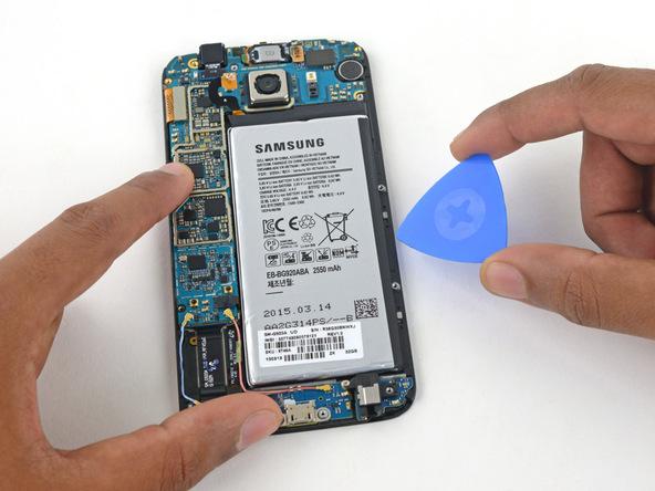 پیک را به آرامی زیر باتری گلکسی اس 6 تعمیری فرو ببرید و سعی کنید باتری گوشی را از جایگاهش بلند نمایید.