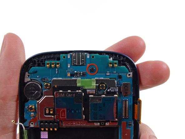 پیچ 3.0 میلیمتری نگهدارنده برد Galaxy S3 که در عکس با رنگ قرمز مشخص شده را باز کنید.
