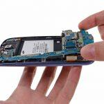 لبه زیرین برد را با انگشت گرفته و به سمت عقب بکشید تا کاملا از بدنه گوشی جدا شود. از آنجایی که دوربین اصلی Galaxy S3 روی برد آن نصب است، بنابراین باید ادامه پروسه تعویض دوربین اصلی Galaxy S3 را روی برد گوشی دنبال کنید.