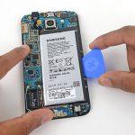 یک پیک را قاب باز کن کارتی را به آرامی زیر باتری گلکسی اس 6 تعمیری فرو ببرید و سعی کنید باتری گوشی را از جایگاهش بلند نمایید.