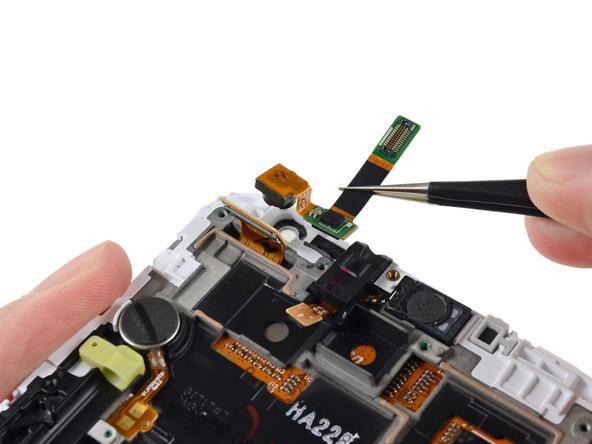 دوربین سلفی گلکسی نوت تعمیری را با نوک پنس از روی بدنه گوشی جدا کنید.