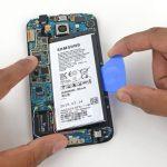 یک پیک یا قاب باز کن کارتی را به آرامی زیر باتری گلکسی اس 6 تعمیری فرو ببرید و سعی کنید باتری گوشی را از جایگاهش بلند نمایید.