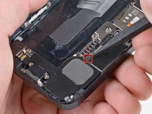 کانکتور سیم آنتن زیرین آیفون 5 تعمیری که دقیقا در بخش فوقانی اسپیکر گوشی قرار دارد را باز کنید.