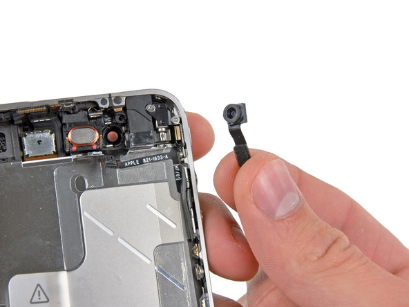 لنز دوربین سلفی آیفون 4 تعمیری را با پنس از قاب آن جدا نمایید.