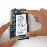 باتری گلکسی اس 6 را از بدنه گوشی جدا کنید.