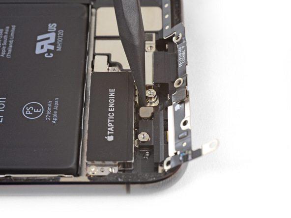 به آرامی کانکتوری که منجر به اتصال براکت لبه زیرین آیفون X به پنل گوشی شده را با نوک اسپاتول آزاد کنید.