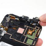 جک هدفون را به همراه اسپیکر مکالمه گوشی کاملا از روی فریم گوشی جدا نمایید.