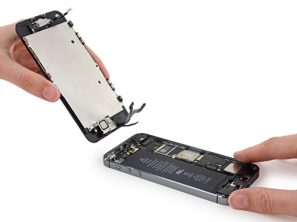 حالا میتوانید پنل رو و زیر آیفون SE تعمیری را به صورت کامل از یکدیگر جدا کنید. در ادامه پروسه تعویض باتری آیفون SE فقط به پنل زیر آن کار داریم، بنابراین پنل روی گوشی را در مکانی مناسب و به دور از آسیب دیدگی قرار دهید.