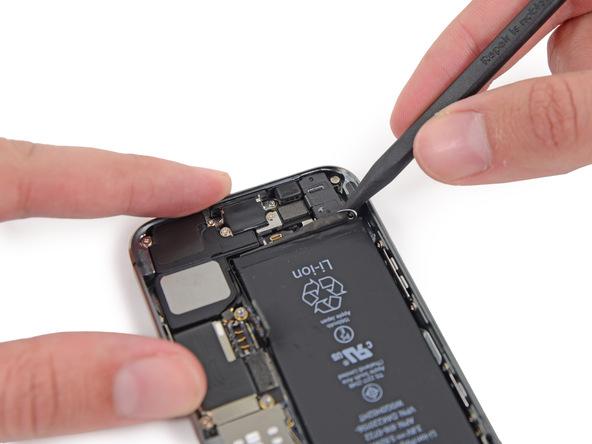 با استفاده از آیاوپنر (iOpener) یا سشوار به پشت پنل زیر آیفون SE تعمیری برای مدت زمان 1 دقیقه گرمای ملایم وارد کنید. این کار سبب میشود تا چسب نگهدارنده باتری گوشی کمی خاصیت چسبندگی خود را از دست داده و شل شود.